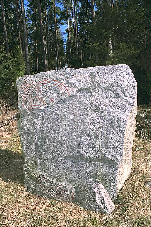 Runes written on runsten, blågrå grovkornig granit. Date: V